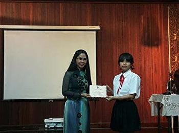 """วันที่ 20 – 21 มกราคม สาขาภาษาอังกฤษ คณะครุศาสตร์ ได้รับเกียรติจาก รองศาสตราจารย์ ดร. นันทิยา น้อยจันทร์ คณบดีคณะครุศาสตร์ เป็นประธานเปิดโครงการและร่วมเป็นคณะกรรมการตัดสินการแสดงกลุ่ม """"เล่นหนึ่งฟินสี่"""" ภายใต้คอนเส็ปต์ """"ร้องเล่นเต้นเล่า"""" (""""Show one Impress"""