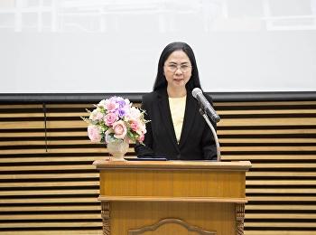 """30 เมษายน 2561 รองศาสตราจารย์ดร.นันทิยา น้อยจันทร์ คณบดีคณะครุศาสตร์ เป็นประธานกล่าวเปิด โครงการศึกษาเรียนรู้ รายวิชา สัมมนาสังคมศึกษา ในหัวข้อ """"การศึกษาไทย ๔.๐: จากแนวคิดสู่การปฏิบัติ"""" โดย ดร.จอมหทยาสนิท พงษ์เสฐียร"""
