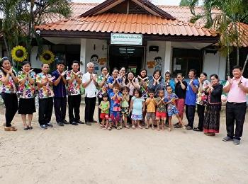 3 พ.ค.61 อาจารย์ ดร.กรรณิการ์ ภิรมย์รัตน์ รองคณบดีฝ่ายวิจัยและบริการวิชาการ พร้อมด้วย ผู้ช่วยศาสตราจารย์ สิริมณี บรรจงอาจารย์ทีมงานวิจัย และ นางสาว มณีเนตร รวมภักดี เจ้าหน้าที่ ฝ่ายวิจัยและบริการวิชาการ เดินทางไปเก็บข้อมูลการประเมินโครงการมหัศจรรย์สื่อสร้