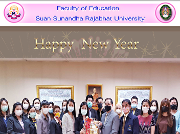 Executives and personnel of the Faculty of Education give a Happy New Year basket to the director of the Institution of Lifelong Learning Promotion and Creativity